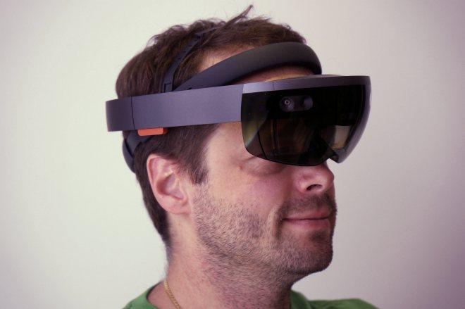 AuthorKai Kowalewski  Microsoft HoloLens, aufgesetzt. Präsentator: Andreas Erben