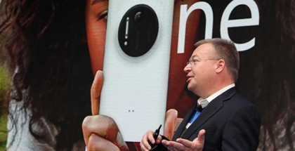 Stephen Elop with Lumia 1020